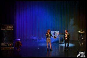 pokaz magii na scenie centrum kultury