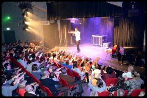 iluzjonista na scenie w raszynie