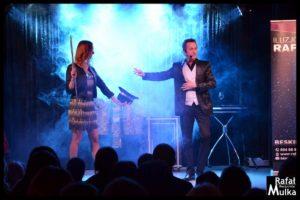 iluzjonista na scenie